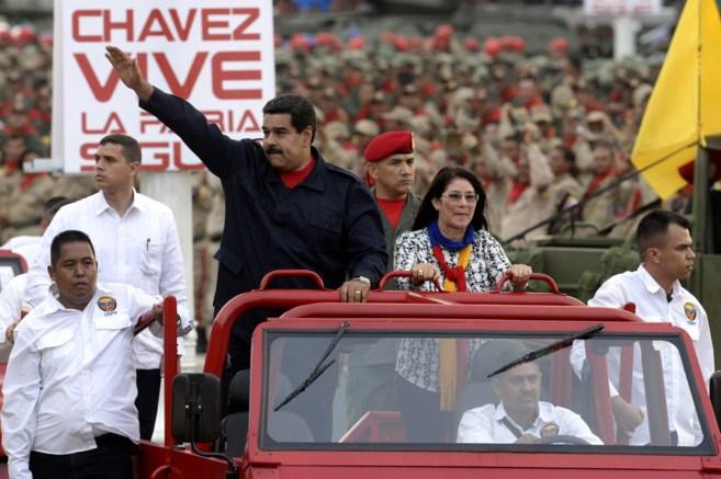 Nicolás Maduro saluda al público, junto a Cilia Flores, en el 5...