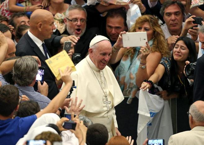 El Papa Francisco a su llegada a la audiencia general de los...