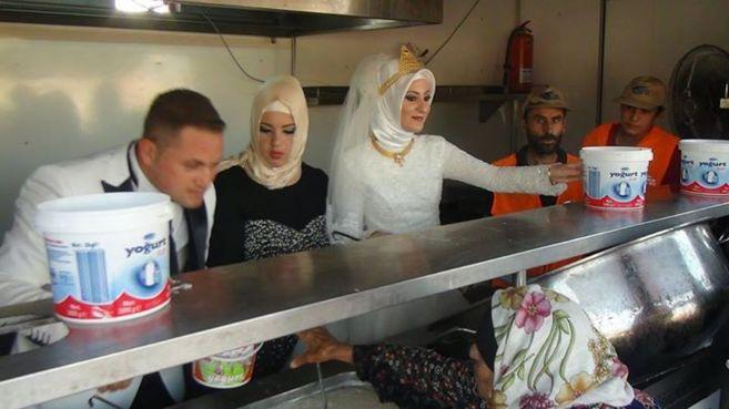 Fethullah Üzümcüolu y Esra Polat dando comida a una refugiada...