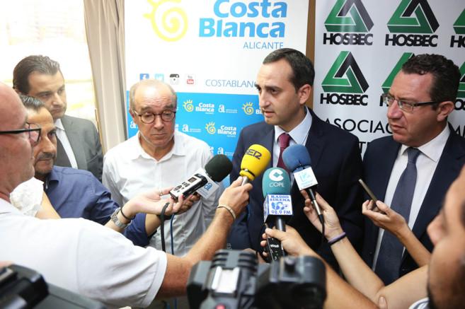 César Sánchez junto al alcalde de Benidorm, Toni Pérez y al...