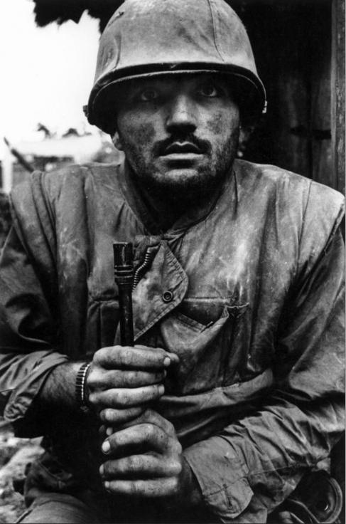 Un soldado estadounidense espera su transporte en Vietnam.