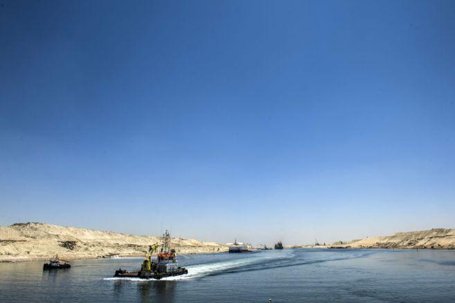 Una embarcación cruza por el nuevo Canal de Suez en la ciudad de...