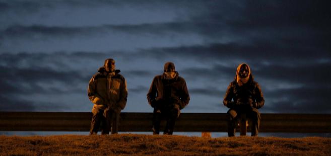 Migrantes, junto al puerto de Calais, a la espera de poder viajar a...