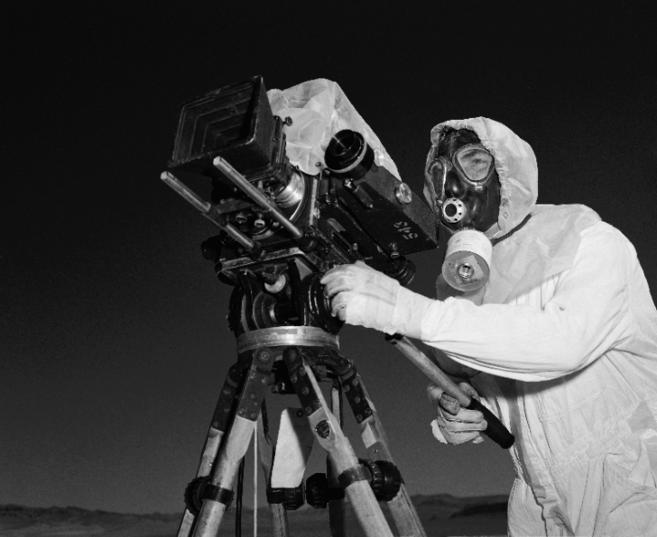 El sargento John Kelly, cámara del escuadrón Lookout Mountain, filma...