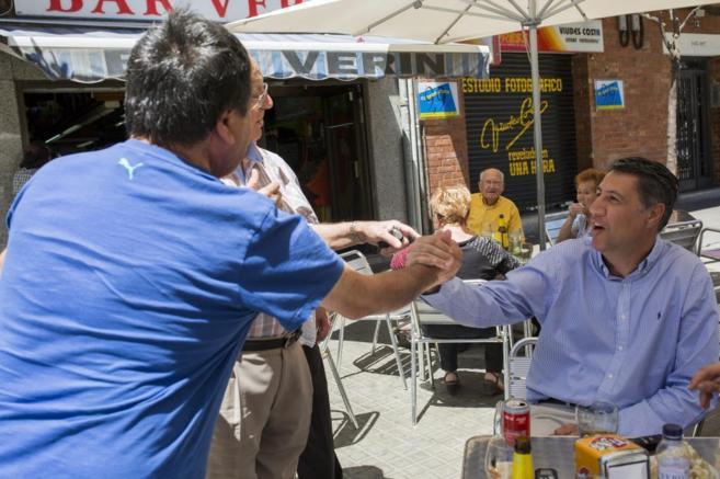 El candidato del PPC a la Generalitat, Xavier García Albiol saluda a...