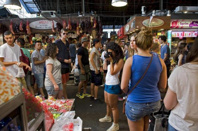 Turistas visitan el Mercado de la Boqueria de las Ramblas en Barcelna