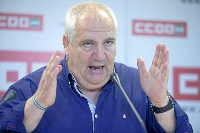 El secretario general de CCOO-A, Francisco Carbonero, gesticula...