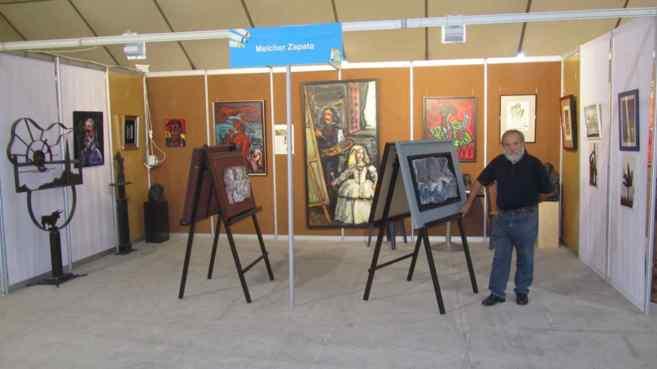 Zapata mostrando algunas de sus obras durante la primera edición de...
