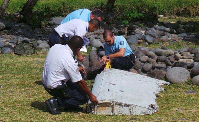 Parte del avión MH370 encontrado la pasada semana en la Isla de La...