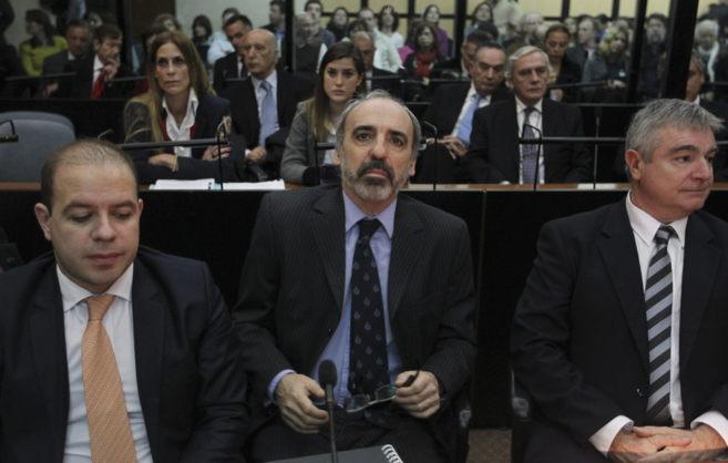 El primer juez de la causa AMIA, Juan J. Galeano (c), en el juicio en...
