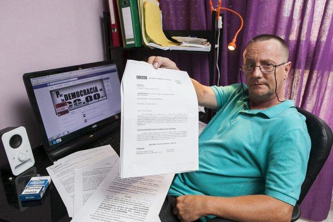 Luis Carmona muestra la carta de despido, en su piso de Málaga....
