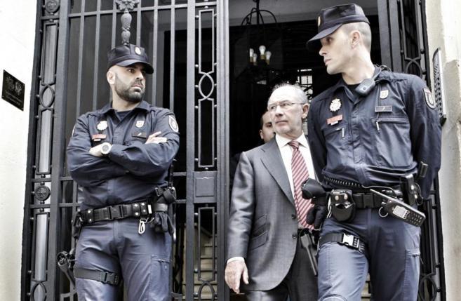 Rato sale de su despacho en Madrid en un registro que las autoridades...