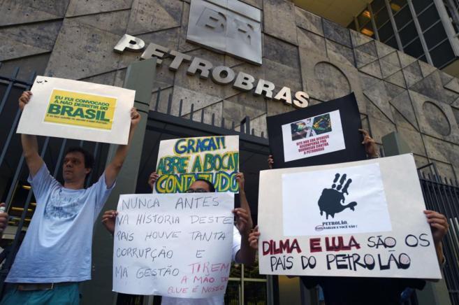 Protesta contra la presidentra brasileña Dilma Rousseff ante una de...