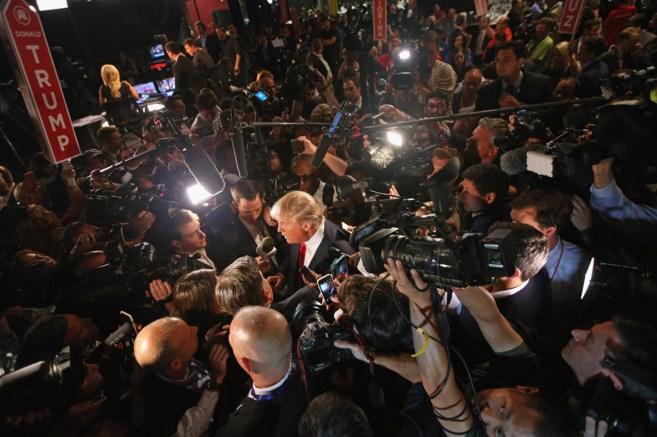El candidato republicano, Donald Trump, habla con los medios tras el...