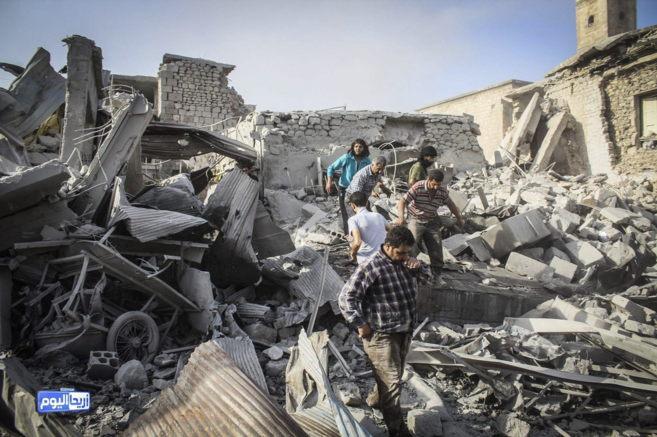 Varios edificios destruídos tras un bombardeo gubernamental en Ariha,...