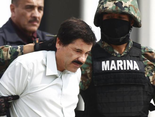 Joaquín 'El Chapo' Guzmán es escoltado por soldados en...