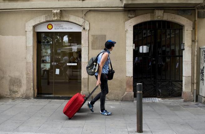 Turistas en el barrio marítimo de La Barceloneta, Barcelona.