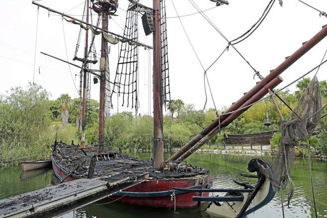 Estado del barco pirata de Isla Mágica tras el incendio.