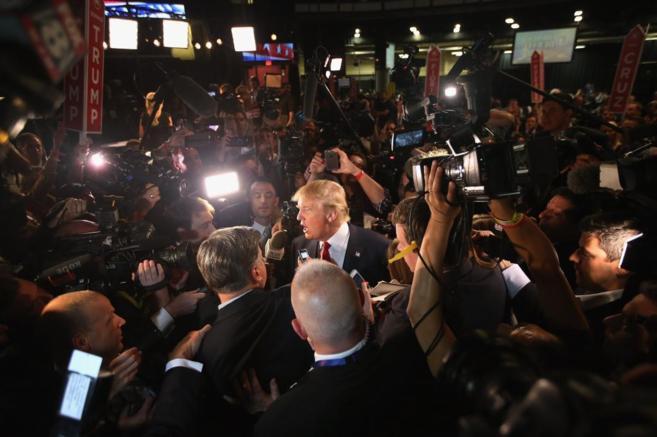 El candidato republicano, Donald Trump, atiende a los medios tras...