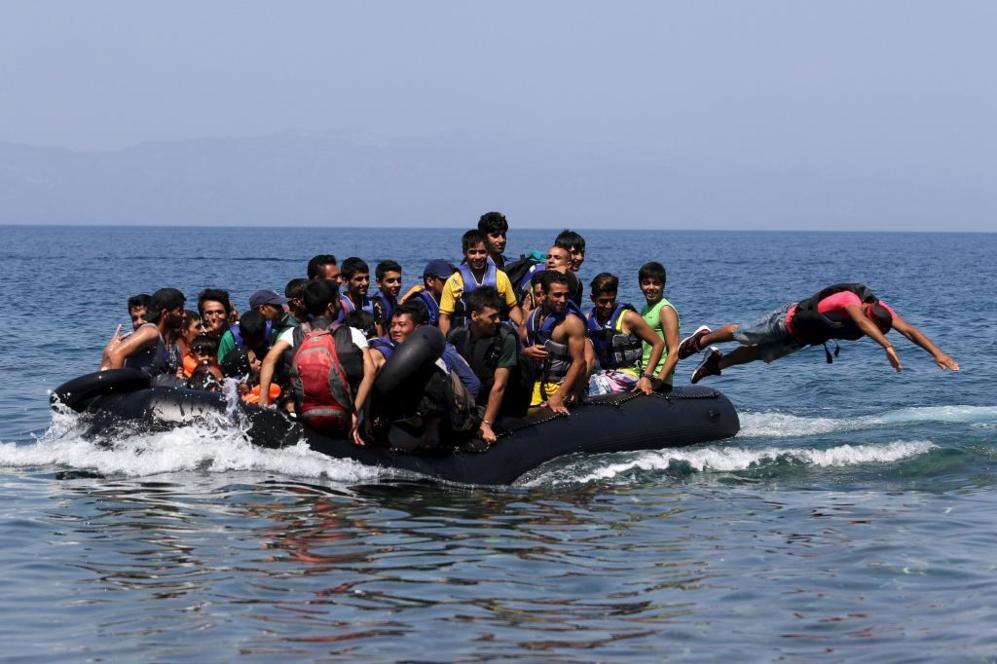 Una zodiac sobrecargada de inmigrantes llega este jueves a la isla...