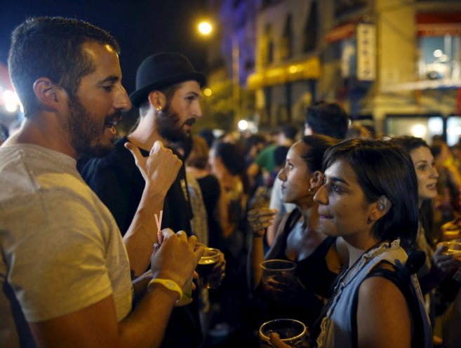 Algunos jóvenes reunidos en la Plaza de Cascorro, tomando como moda...