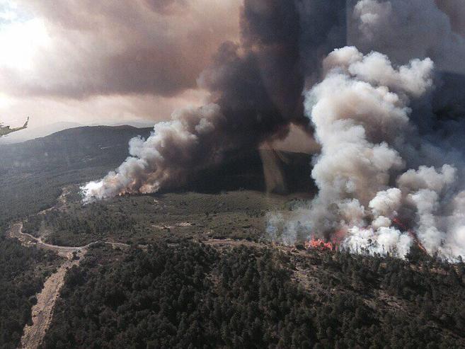 Imagen aérea del incendio que arrasa la sierra de Gata.