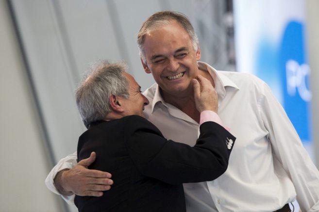 El ex presidente Alfonso Rus se abraza a González Pons en un mitin...