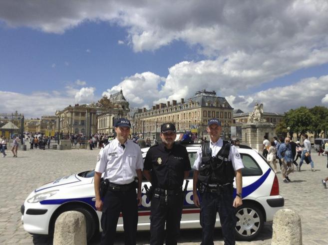 El subinspector Fernández, en el Palacio de Versalles junto a dos...