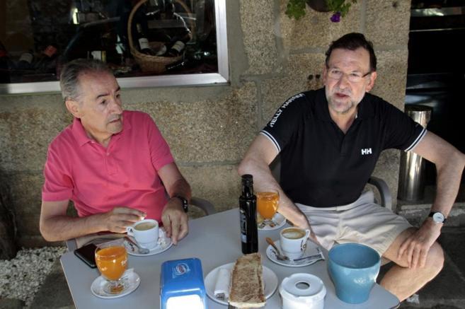 Mariano Rajoy desayuna en vacaciones con el presidente de la Autoridad Portuaria de Marín