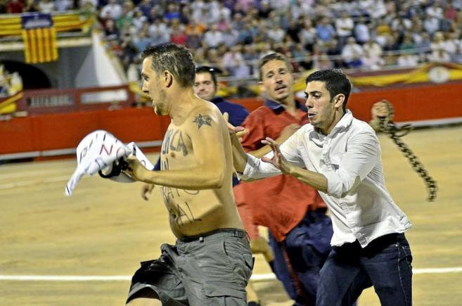 Peter Janssen huye de los operarios de la plaza de toros de Mallorca...