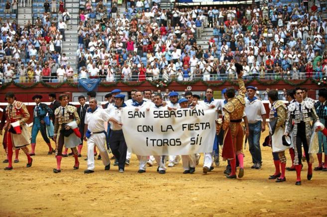 Toreros y trabajadores de Illumbe el pasado 17 de agosto de 2012, día...