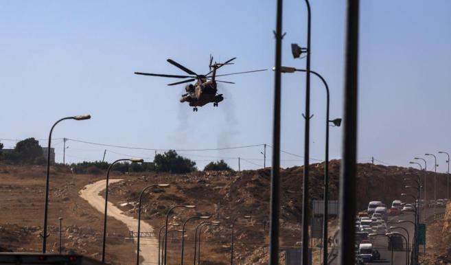 Un helicóptero israelí sobrevuela Cisjordania.