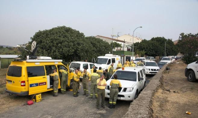 Varias dotaciones de bomberos se reúnen en la localidad de Perales...