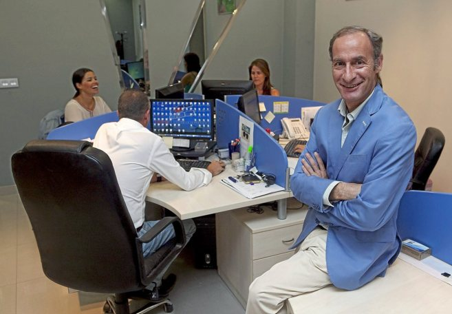 Diego Montes, junto a trabajadores de Unieléctrica en sus...