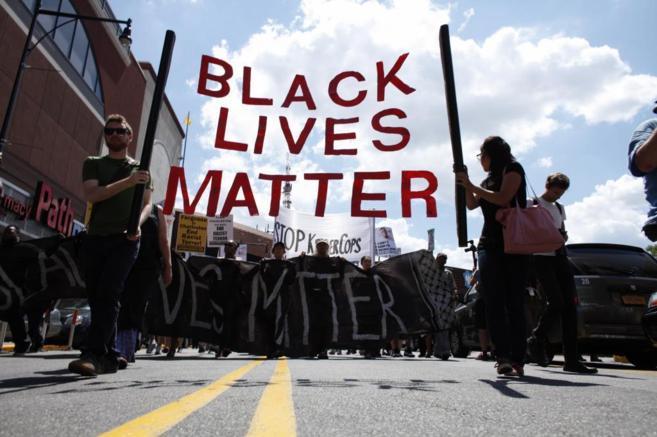 Manifestantes marchan para conmemorar la muerte de Michael Brown en...