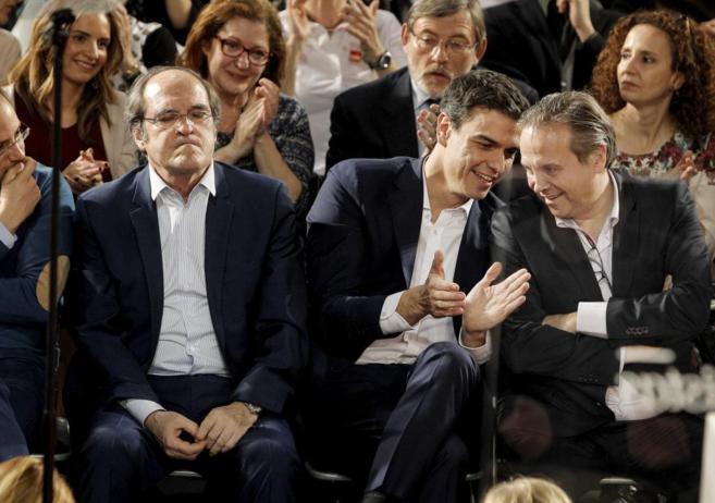 Pedro Sánchez habla con Carmona en un acto del PSOE en Madrid.