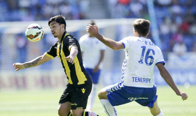 El chileno Lolo Reyes trata de controlar el balón ante la oposición...