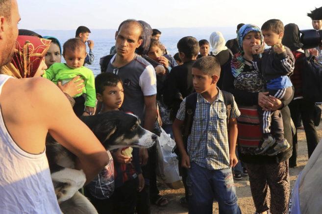 Varios inmigrantes a su llegada a la isla de Lesbos (Grecia) el 9 de...