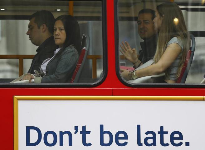 Cartel sobre la puntualidad en un autobús de Londres