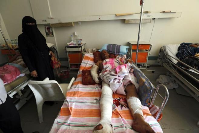 Un herido yemení tumbado en la cama de un hospital