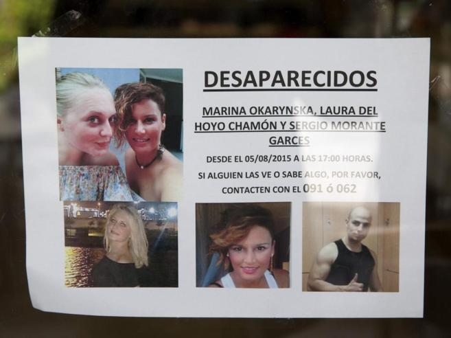 Uno de los carteles con la desaparición de las dos jóvenes y del ex...