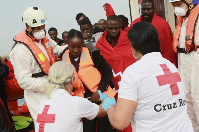 Personal de Cruz Roja ayuda a desembarcar en el puerto de Tarifa a los...