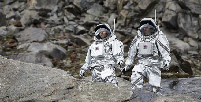 Dos astronautas exploran el glaciar austriaco.