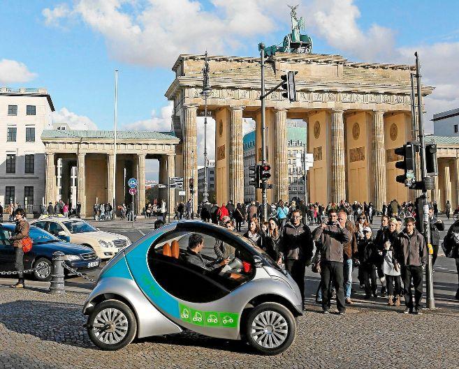 El único prototipo de Hiriko, de promoción por el centro de Berlín...