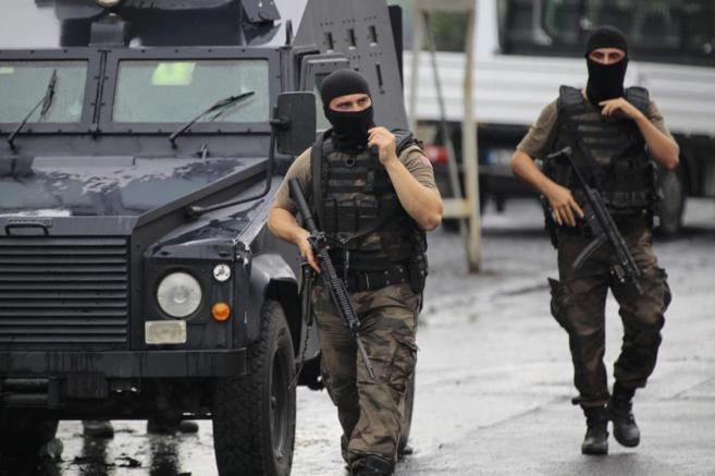 Dos miembros de las fuerzas especiales de la policía en Estambul,...