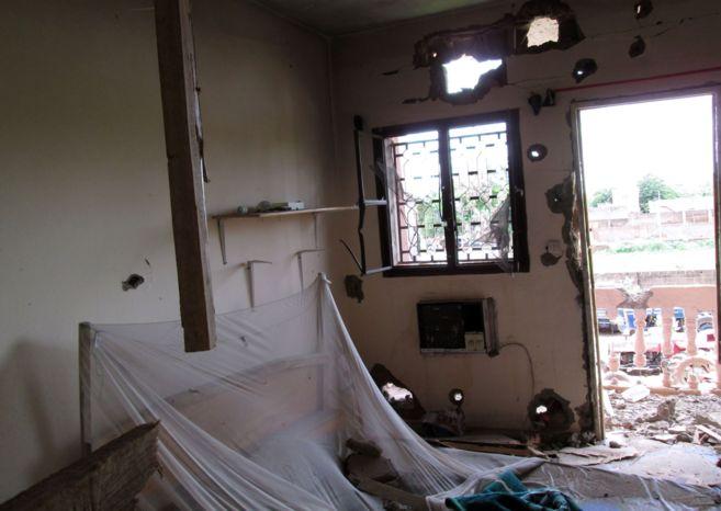 Una habitación del hotel Byblos con disparos de bala tras el ataque.