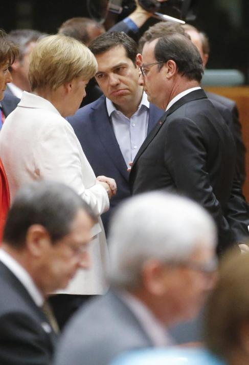 El primer ministro griego, Alexis Tsipras, flanqueado por la canciller...