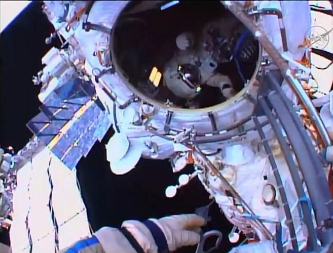 los astronautas rusos completando la caminata espacial de seis horas...