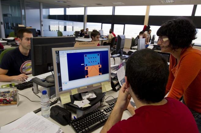 Un grupo de empleados trabajando en una oficina