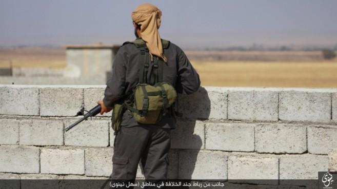 Un miembro del IS en la llanura del Nínive, cerca de Mosul.